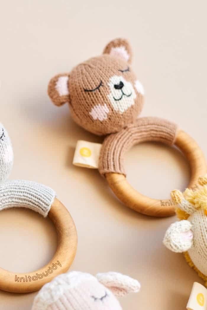 Braune Kinder Baby Rassel Bär mit Ohren & Holz Beißring aus OEKO TEX Bio-Baumwolle Organic für Neugeborene Tier Handmade Greifling von Knit A Buddy - Rückenansicht Greifling Rassel
