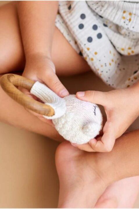 Mädchen mit Tier Babyrassel mit Strick Lamm & Beißring aus Holz mit natürlichem Bienenwachs Handmade - OEKO TEX Bio Baumwolle für Neugeborene Motorikspielzeug Handmade weiß von Knit A Buddy - Babyfoto Kinderfoto