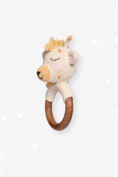 Weißer Kinder Baby Beißring aus Holz mit Giraffe Rassel Strick Handmade aus OEKO TEX Bio-Baumwolle - Tier Babyspielzeug für Neugeborene & Babys von Knit A Buddy - Seitenansicht Beißring Rassel