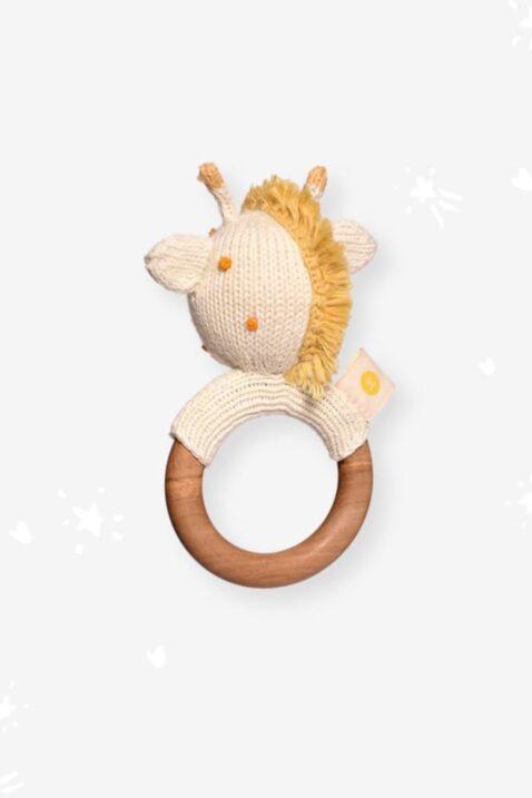 Handmade handgefertigter Beißring aus Holz & Strick Giraffe Tier Rassel Kuscheltier in Weiß aus OEKO TEX Bio Baumwolle für Neugeborene Kinder Motorikspielzeug von Knit A Buddy - Rückenansicht Greifling Rassel