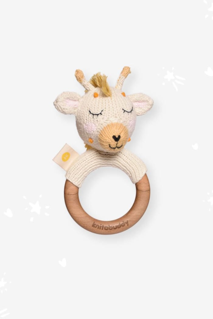 Baby Holz Tier Beißring Greifling mit Rassel Giraffe Strick weiß aus OEKO TEX Bio Baumwolle Organic Cotton Babyspielzeug für Neugeborene & Babys von Knit A Buddy - Vorderansicht Rassel