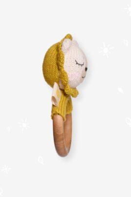Gelber Kinder Baby Beißring aus Holz mit Löwe Rassel Strick Handmade aus OEKO TEX Bio-Baumwolle - Tier Babyspielzeug für Neugeborene & Babys von Knit A Buddy - Seitenansicht Beißring Rassel