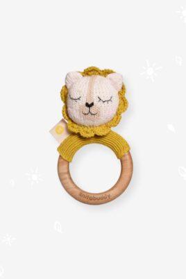 Knit A Buddy Baby Holz Tier Beißring Greifling mit Rassel Löwe Strick gelb aus OEKO TEX Bio Baumwolle Organic Cotton Babyspielzeug für Neugeborene & Babys – Vorderansicht Rassel