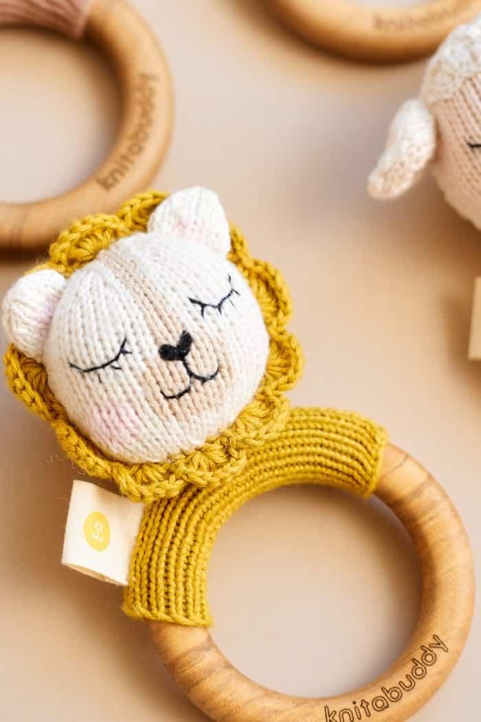 Tier Babyrassel mit Strick Löwe & Beißring aus Holz mit natürlichem Bienenwachs Handmade - OEKO TEX Bio Baumwolle für Neugeborene Motorikspielzeug Handmade gelb von Knit A Buddy - Nahaufnahme Greifling