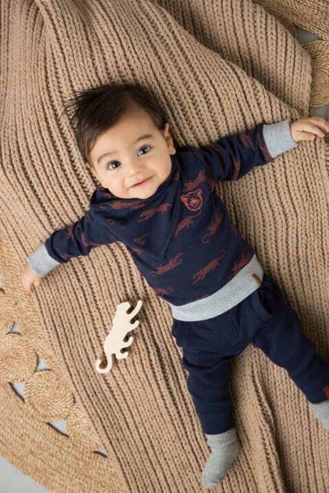 Baby Junge trägt blaue 3er Babyset Langarm Pullover mit Panther Tiermotiven - Halstuch Dreieckstuch marine - Babyhose Basic Jogginghose gerippt mit Taschen & Bündchen von Dirkje - Babyfoto Kinderfoto