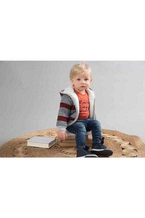 Baby Junge trägt graue warme Babyjacke mit Kapuze gefüttert im Streifen Look für Herbst & Winter - Jungen Kinder Pullover Kapuzenpullover von Dirkje - Babyfoto Kinderfoto
