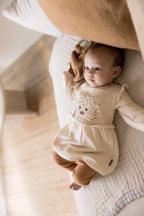 Mädchen trägt Babyset Mädchen 2 Teile Baby Langarmkleid Rundhals in beige mit Igel, Rundhals & Rüschen - Leggings braun unifarben von Dirkje - Kinderfoto Babyfoto