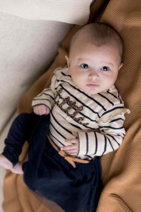 DIRKJE 2er-Set Baby Kleid mit Tüllrock lange Sweathose Schlupfhose blau-beige mit Streifen, little Schriftzug, für Mädchen – Babyfoto Ganzkörper