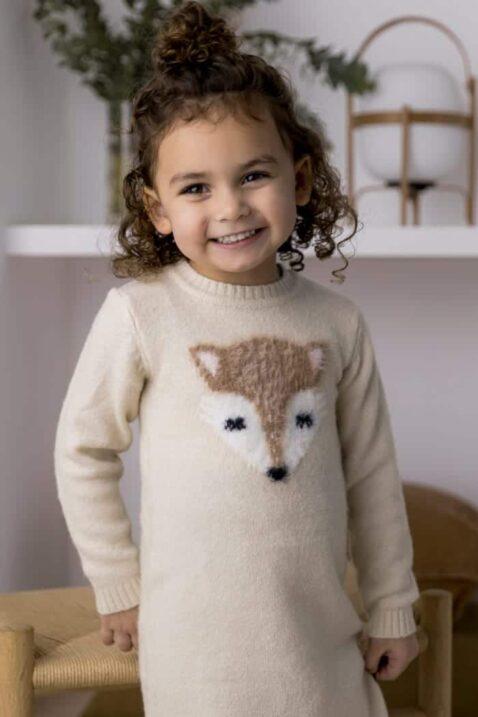 Baby Strickkleid knielang mit Fuchs-Motiv kuschelig beige Rippbündchen – Kinder Kleid langarm für Mädchen von DIRKJE – Portraitfoto