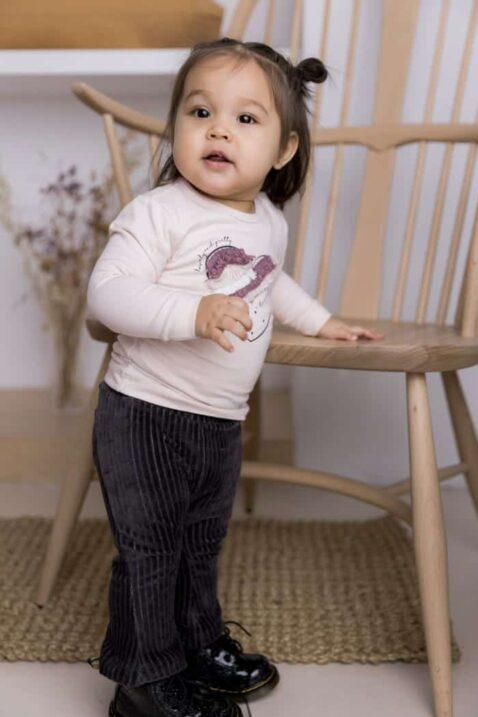 Mädchen Baby Langarmshirt hellrosa mit Herz-Applikation Rundhalsausschnitt Kinder Longsleeve – schwarze Cordhose lang von DIRKJE – Babyfoto