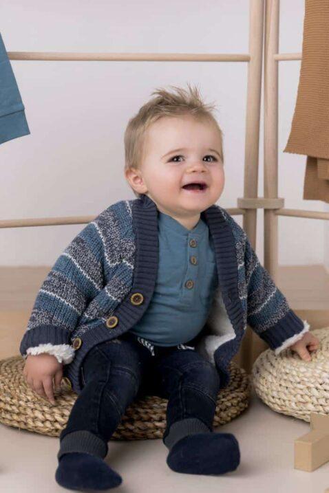 Junge mit Babyhose dunkelblau lange Jeans in Used Optik moderne Waschung - gefütterte Kinder Strickjacke mehrfarbig Winter Sweatshirt blau von DIRKJE - Babyfoto Kinderfoto