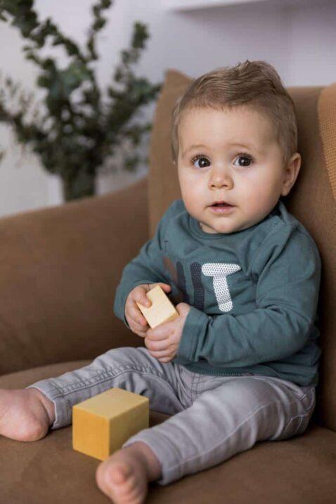 Baby Hose grau lange Jeans in Used Optik moderne Waschung Logo Sweatshirt grün - Kinder Jungen Freizeithose von DIRKJE - Babyfoto Kinderfoto