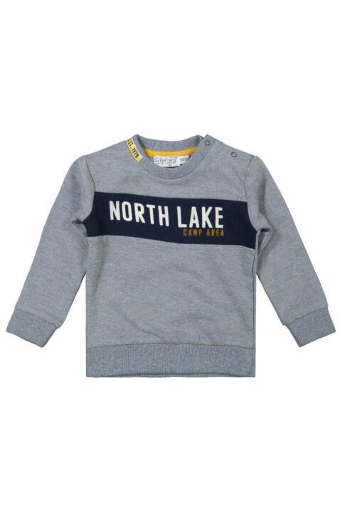 Baby Sweatshirt in Grau Kinder Pullover mit Schriftzug North Lake in Blau plus breite Rippbündchen für Jungen - Kinder Rundhalsausschnitt Longsleeve von DIRKJE - Vorderansicht
