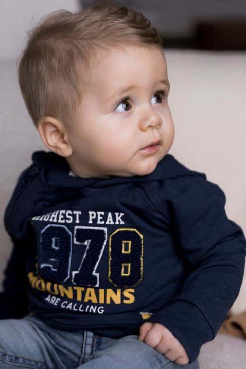 Baby Kapuzenpulli Kinderpullover in Dunkelblau für Jungen Oberteil mit Applikation & breite Rippbündchen im College-Style - Baby Jeans in Grau von DIRKJE - Babyfoto Kinderfoto