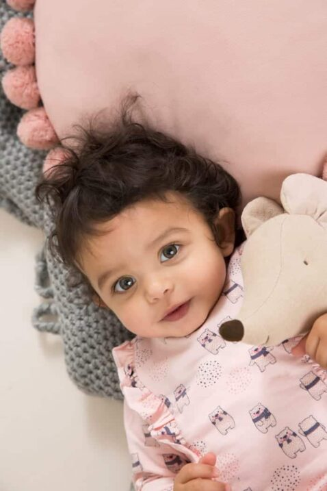 Baby Sweatshirt in Rosa Langarmshirt mit Tiermotiv Bärchen Oberteil mit Rüschen & breite Bündchen für Mädchen - Rundhals Kinderpullover von DIRKJE - Babyfoto Kinderfoto