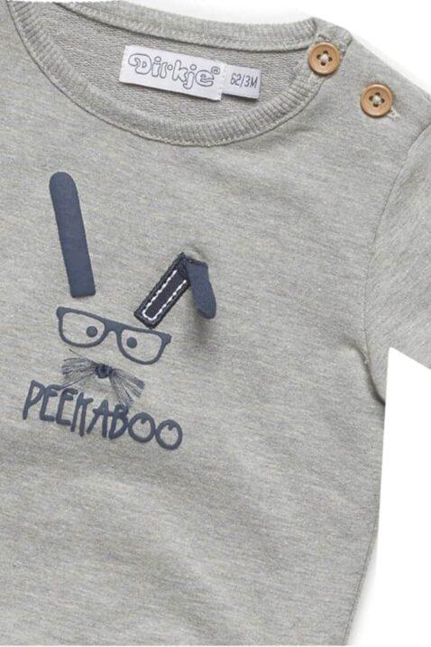 Baby Basic Pullover Langarmshirt in grau mit Tiermotiv Hase Peekaboo in blau Oberteil mit breiten Rippbündchen für Jungen - Rundhals Kinderpullover von DIRKJE - Detailansicht