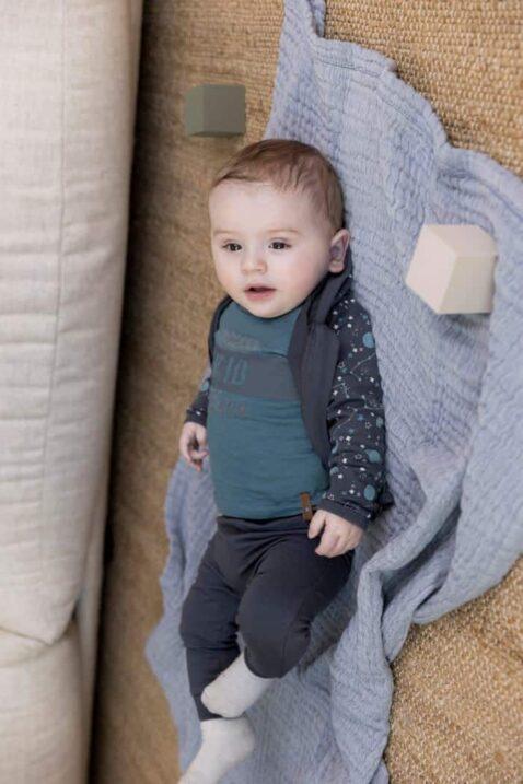 Baby Jungen 3er-Set in grau-blau mit Planeten Druck Baby Kapuzenjacke & Reißverschluss - Oberteil langarm in Blau mit Print - Babyhose Freizeithose mit breiten Rippbündchen von DIRKJE - Babyfoto Kinderfoto