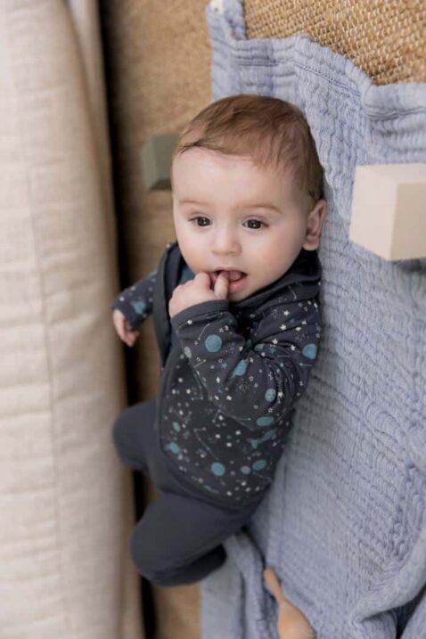 Jungen Baby Set dreiteilig mit grauer Planeten Kinderjacke & Kapuze - Sweathose mit breiten Rippbündchen - blaues Kinder Longsleeve mit Druck von DIRKJE - Babyfoto Kinderfoto