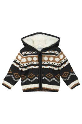 DIRKJE Warme Baby Strickjacke im Norwegerstil dunkelgrau braun gestrickt Kinderjacke für den Winter mit weißem Fellimitat und Kapuze für Jungen – Vorderansicht