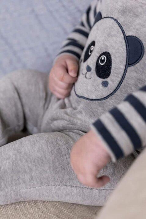 Jungen zweiteiliges Baby Set in grau-blau mit fröhlichem Panda Motiv gestreifter Babypulli langarm - unifarbene Kinder Latzhose aus Velours mit Rippbündchen von DIRKJE - Detailansicht