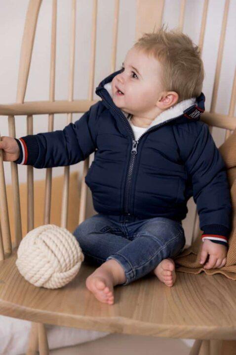 Baby Parka für Jungen in Blau mit weißem Futter, Kapuze mit Paspel & Aufschrift Rock plus gestreifte Rippbündchen + Baby Kinder Basic Jeans mit moderner Waschung von DIRKJE - Babyfoto Kinderfoto