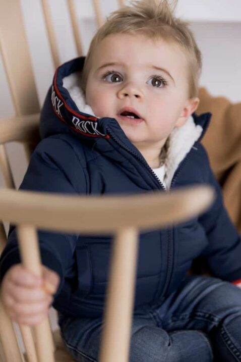 Dunkelblaue Baby Kinder Steppjacke warm mit Futter in Weiß und Kapuze + Jeans für Babys in blauem Used-Look für Jungen von DIRKJE - Babyfoto Kinderfoto
