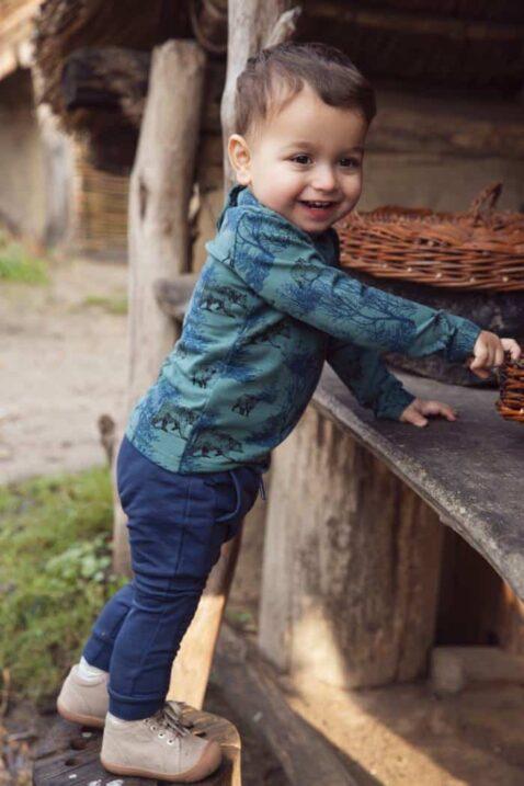 Jungen blaue Baby Jogginghose mit Taschen, gerippte Bündchen & Knienähte - Grüne Kinder Langarmshirt mit wilden Tieren Wolf, Bären, Wildschweine m All Over Print von Koko Noko- Babyfoto Kinderfoto