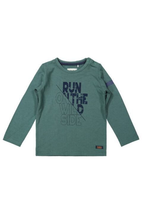 Grünes Baby Kinder Langarmshirt Basic mit RUN ON THE WILD Print & Marken Patch für Jungen - Longsleeve dunkelgrün langarm von Koko Noko - Vorderansicht