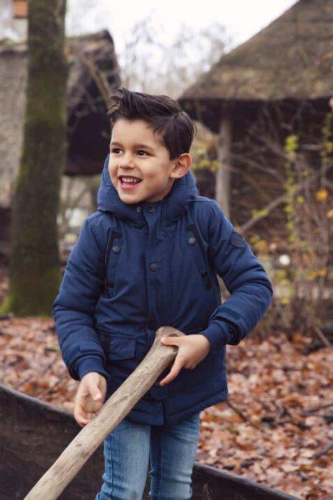 Warme Jungen Babyjacke Parka mit Kapuze, Taschen, Reißverschluss für den Winter - Blaue gefütterte Kinderjacke für Herbst & Winter von Koko Noko - Babyfoto Kinderfoto