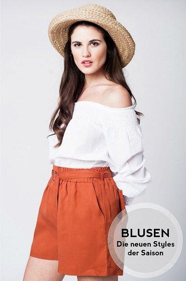 Weiße Carmen Bluse mit terracotta Shorts